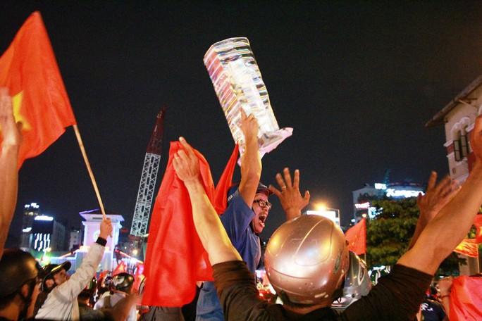 Cả Sài Gòn rực đỏ mừng U23 Việt Nam và HLV Park Hang Seo - Ảnh 10.