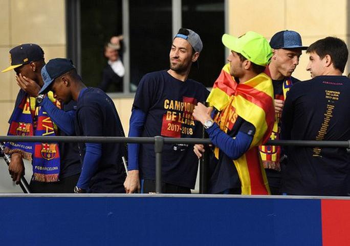 Barcelona diễu hành mừng vô địch, khoe hai cúp tại Catalonia - Ảnh 11.