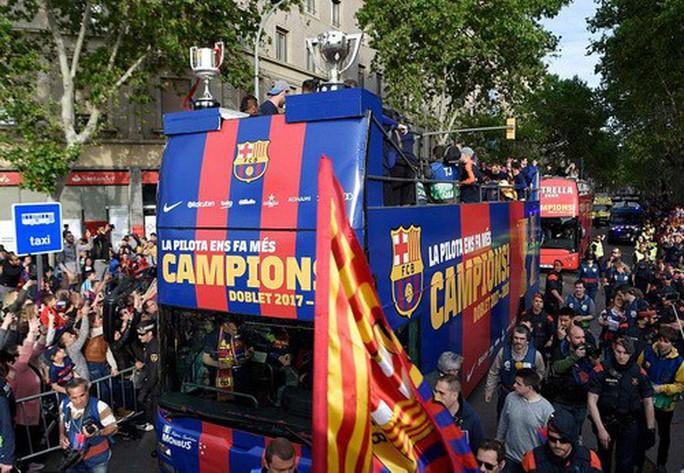 Barcelona diễu hành mừng vô địch, khoe hai cúp tại Catalonia - Ảnh 4.