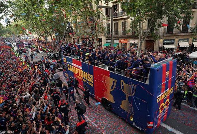 Barcelona diễu hành mừng vô địch, khoe hai cúp tại Catalonia - Ảnh 8.