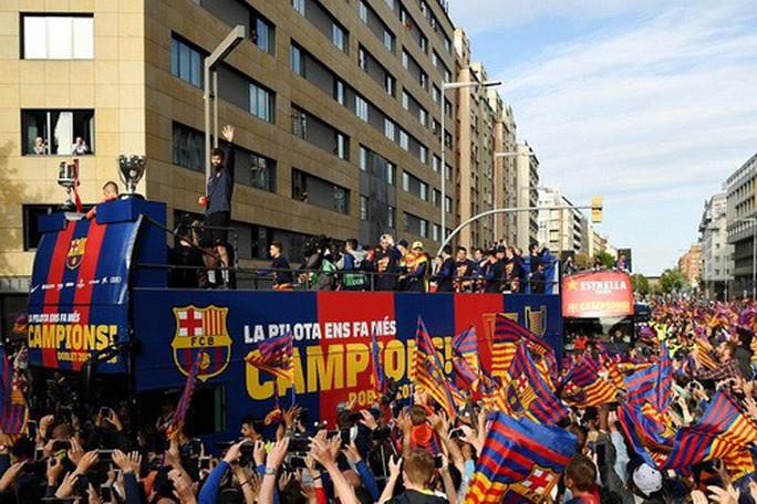 Barcelona diễu hành mừng vô địch, khoe hai cúp tại Catalonia - Ảnh 3.