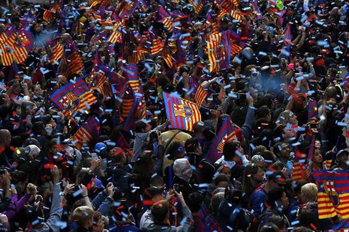 Barcelona diễu hành mừng vô địch, khoe hai cúp tại Catalonia - Ảnh 10.