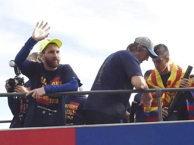 Barcelona diễu hành mừng vô địch, khoe hai cúp tại Catalonia - Ảnh 9.