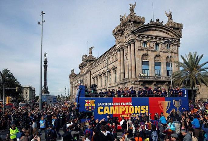 Barcelona diễu hành mừng vô địch, khoe hai cúp tại Catalonia - Ảnh 12.