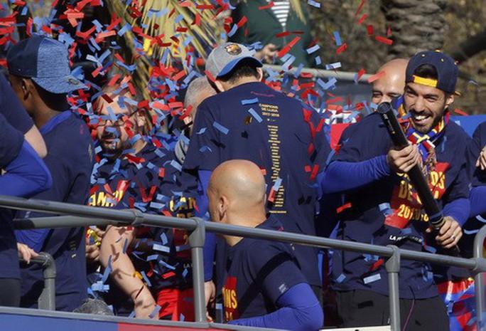 Barcelona diễu hành mừng vô địch, khoe hai cúp tại Catalonia - Ảnh 7.