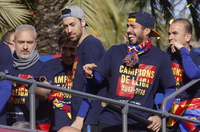 Barcelona diễu hành mừng vô địch, khoe hai cúp tại Catalonia - Ảnh 5.