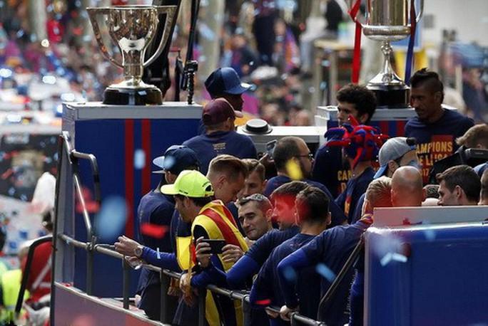 Barcelona diễu hành mừng vô địch, khoe hai cúp tại Catalonia - Ảnh 6.