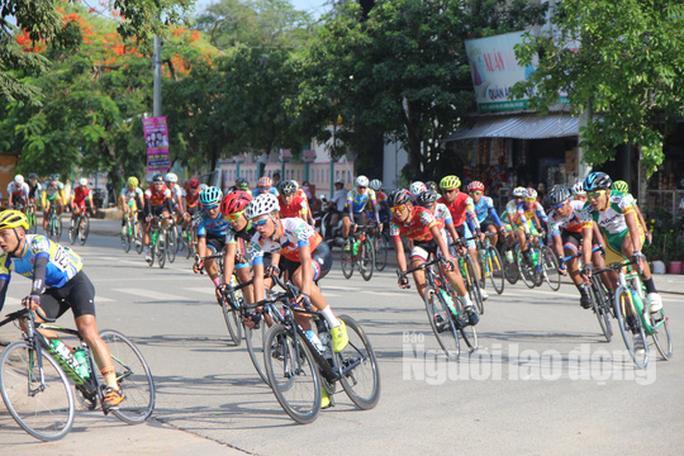 """Dân Phú Quốc chen nhau xem đua xe đạp tranh Cúp """"Gạo hạt ngọc trời"""" - Ảnh 4."""