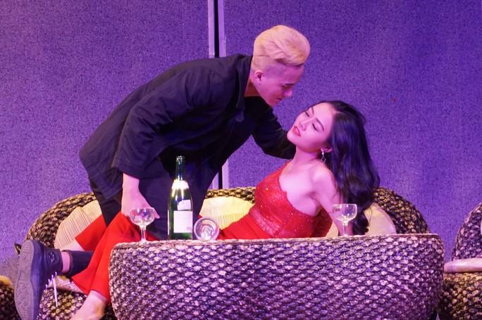 Kịch Hồng Vân đưa thác loạn bên trong nhà hàng lên sân khấu - Ảnh 3.