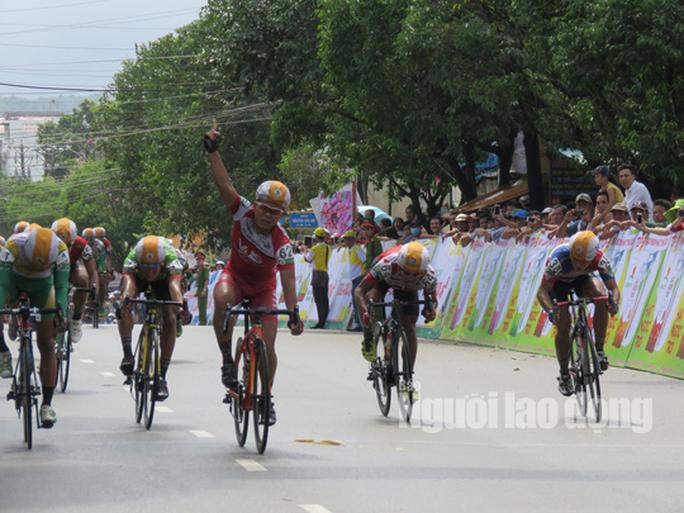"""Dân Phú Quốc chen nhau xem đua xe đạp tranh Cúp """"Gạo hạt ngọc trời"""" - Ảnh 7."""