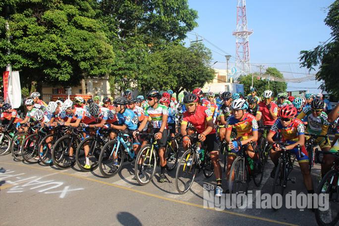 """Dân Phú Quốc chen nhau xem đua xe đạp tranh Cúp """"Gạo hạt ngọc trời"""" - Ảnh 1."""