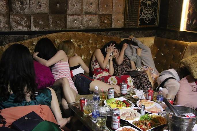 Đột kích nhà hàng có tiếp viên khêu gợi ở trung tâm Sài Gòn - Ảnh 4.