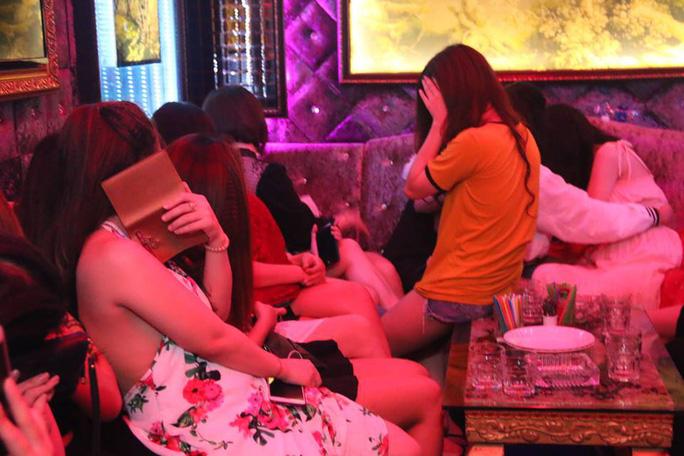 Đột kích nhà hàng có tiếp viên khêu gợi ở trung tâm Sài Gòn - Ảnh 5.
