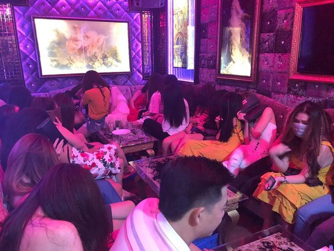 Đột kích nhà hàng có tiếp viên khêu gợi ở trung tâm Sài Gòn - Ảnh 1.