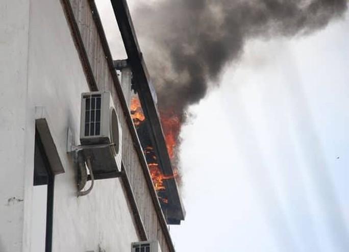 Cháy khách sạn ở trung tâm Hà Nội, khách chạy tán loạn - Ảnh 3.
