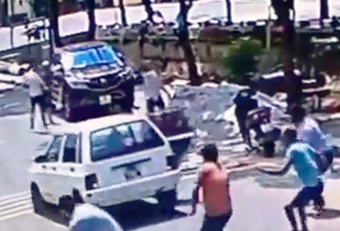 Hàng chục thanh niên nổ súng, chém nhau loạn xạ khi đi đòi nợ - Ảnh 1.