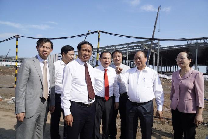 Thủ tướng thị sát, ô tô VinFast dự kiến ra mắt cuối năm 2019 - Ảnh 1.