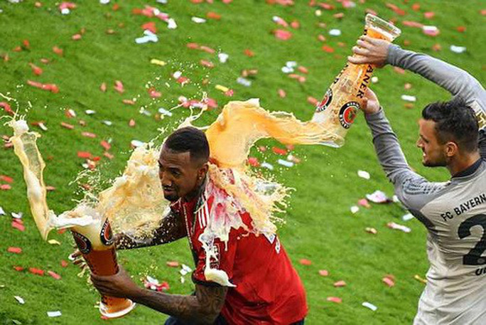 Thua thảm Stuttgart, Bayern Munich đăng quang với màn tắm bia - Ảnh 6.