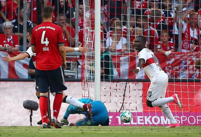 Thua thảm Stuttgart, Bayern Munich đăng quang với màn tắm bia - Ảnh 2.