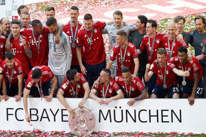 Thua thảm Stuttgart, Bayern Munich đăng quang với màn tắm bia - Ảnh 9.