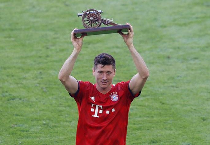 Thua thảm Stuttgart, Bayern Munich đăng quang với màn tắm bia - Ảnh 4.