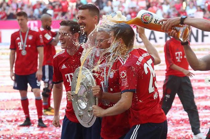 Thua thảm Stuttgart, Bayern Munich đăng quang với màn tắm bia - Ảnh 7.