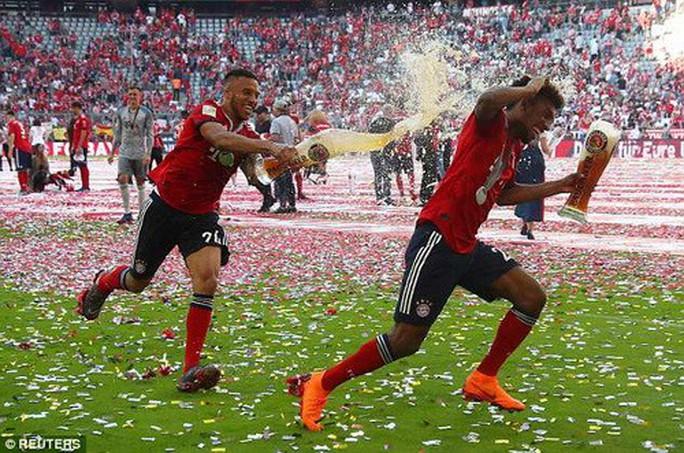Thua thảm Stuttgart, Bayern Munich đăng quang với màn tắm bia - Ảnh 5.
