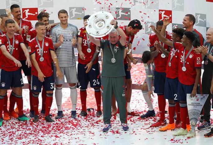 Thua thảm Stuttgart, Bayern Munich đăng quang với màn tắm bia - Ảnh 10.