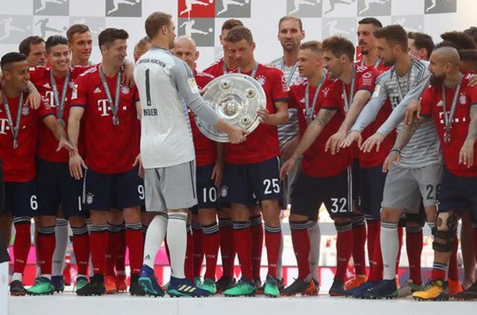 Thua thảm Stuttgart, Bayern Munich đăng quang với màn tắm bia - Ảnh 8.