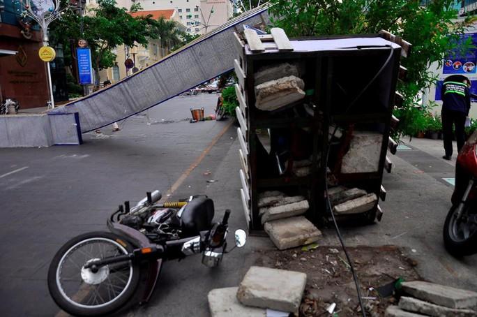 Cổng chào phố đi bộ Nguyễn Huệ đổ sập trong mưa, đè bị thương 1 người - Ảnh 2.