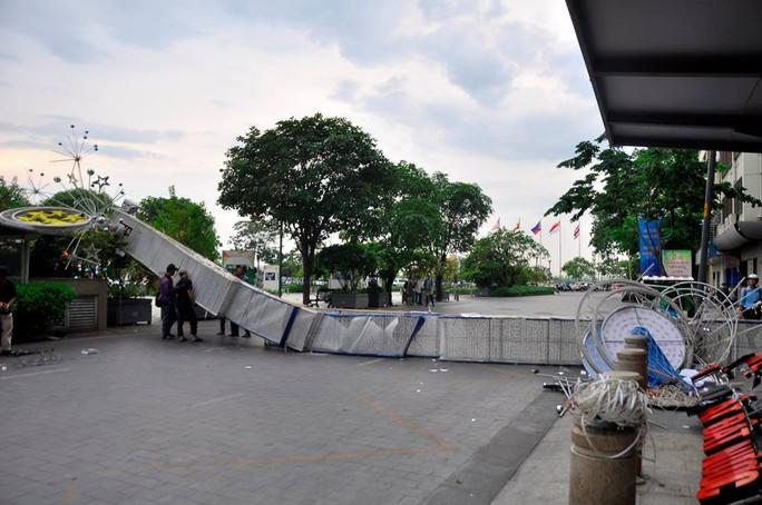 Cổng chào phố đi bộ Nguyễn Huệ đổ sập trong mưa, đè bị thương 1 người - Ảnh 1.