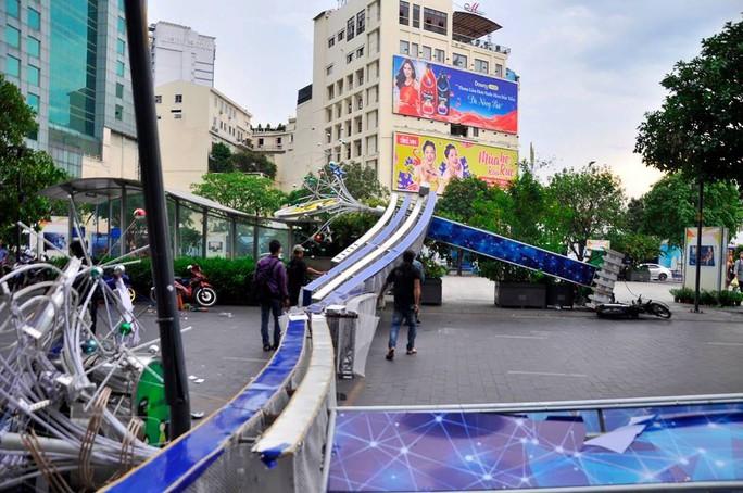 Cổng chào phố đi bộ Nguyễn Huệ đổ sập trong mưa, đè bị thương 1 người - Ảnh 3.