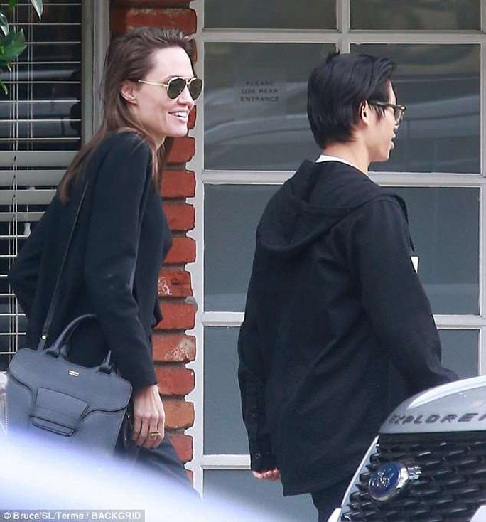 Pax Thiên điển trai hộ tống mẹ nuôi Angelina Jolie đi ăn trưa - Ảnh 3.