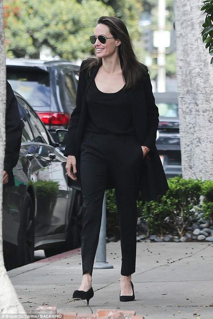 Pax Thiên điển trai hộ tống mẹ nuôi Angelina Jolie đi ăn trưa - Ảnh 4.