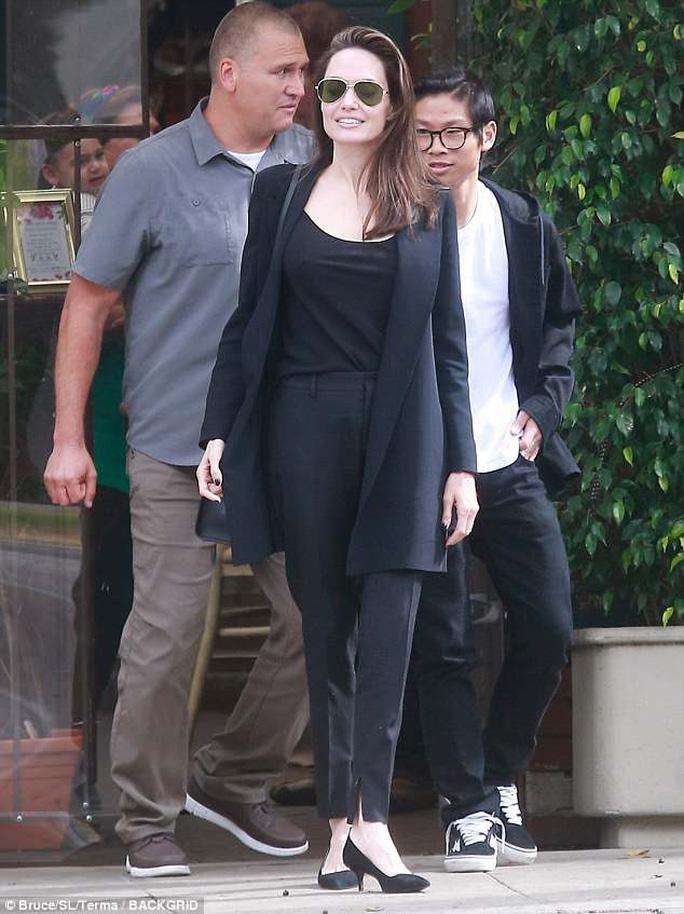 Pax Thiên điển trai hộ tống mẹ nuôi Angelina Jolie đi ăn trưa - Ảnh 1.