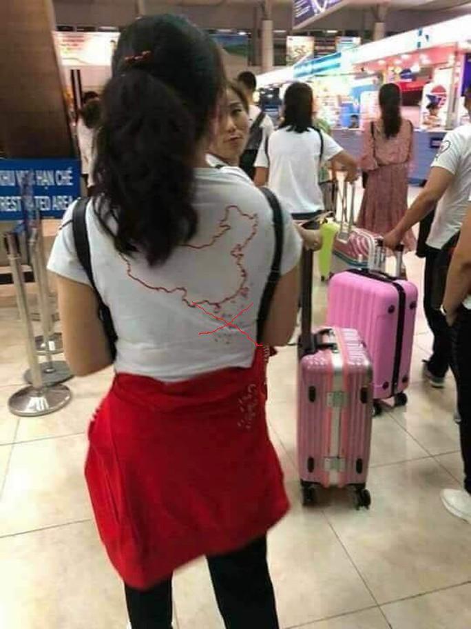 Khách Trung Quốc mang áo đường lưỡi bò sang Việt Nam - Ảnh 2.