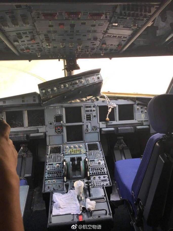 Rơi kính chắn gió buồng lái máy bay, cơ phó bị hút nửa người ra ngoài - Ảnh 2.