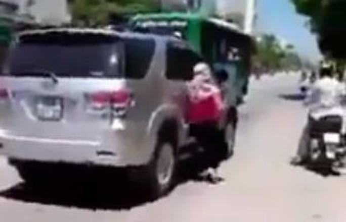 Xử phạt vụ vợ đu theo ô tô của chồng… đánh ghen - Ảnh 1.