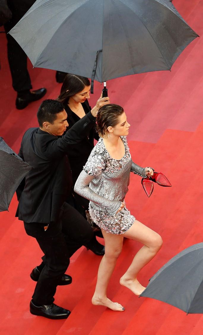 """Sao phim """"Chạng vạng"""" gây sốc khi chân trần trên thảm đỏ - Ảnh 5."""
