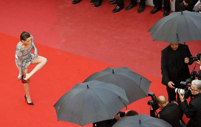 """Sao phim """"Chạng vạng"""" gây sốc khi chân trần trên thảm đỏ - Ảnh 4."""
