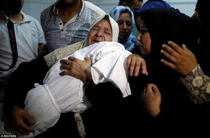 Ngày đẫm máu ở Gaza: Bé 8 tháng tuổi thiệt mạng vì khí cay - Ảnh 1.