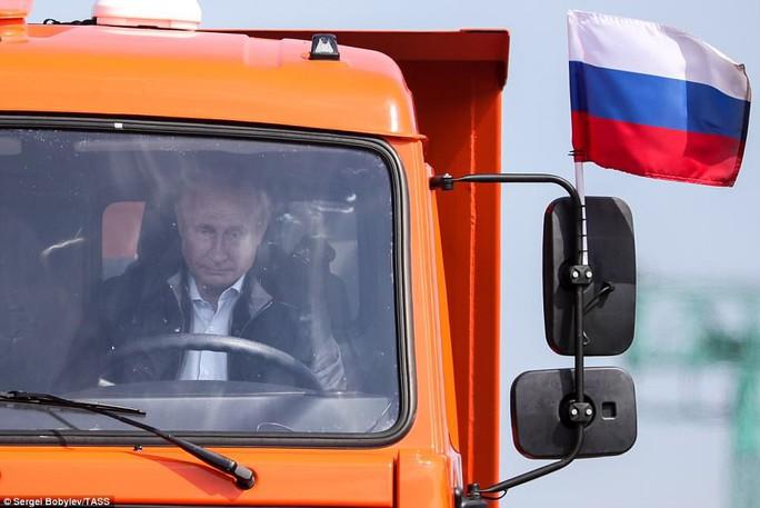 Tổng thống Putin lái xe tải qua cầu nối Nga và Crimea - Ảnh 1.