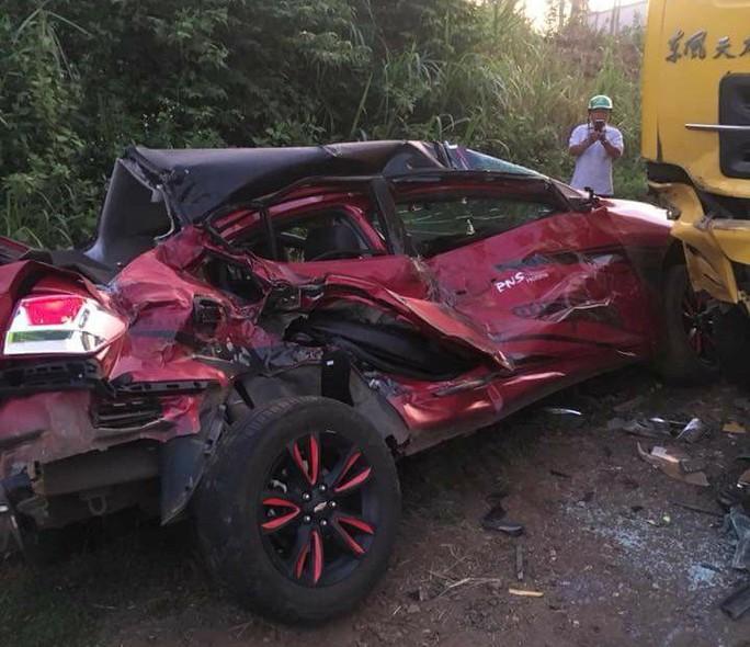 Xe con bẹp dúm sau khi tông vào xe tải, 2 người thương vong - Ảnh 2.