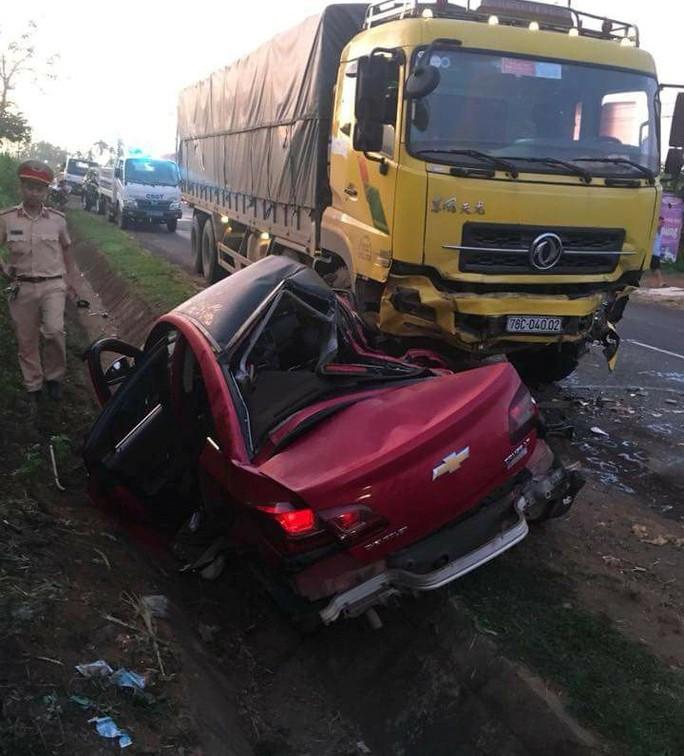Xe con bẹp dúm sau khi tông vào xe tải, 2 người thương vong - Ảnh 1.