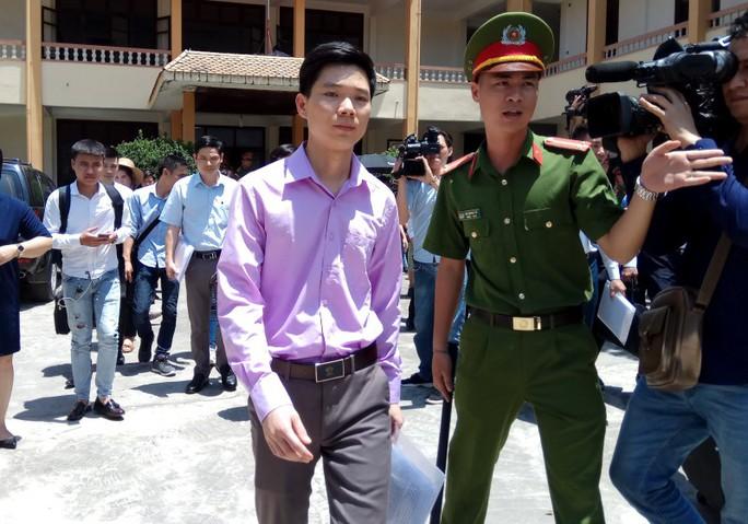 Bác sĩ Hoàng Công Lương xin giữ quyền im lặng, ủy quyền cho luật sư minh oan - Ảnh 1.