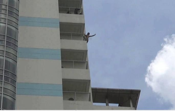 Thanh niên khỏa thân, đòi nhảy từ tầng 10 Bệnh viện Đồng Nai - Ảnh 1.