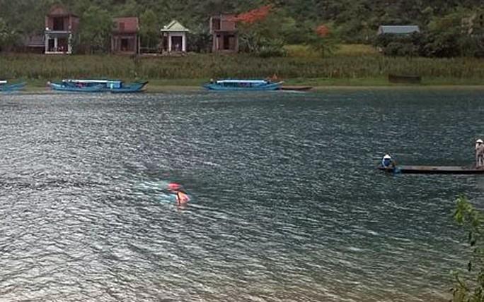 Lốc xoáy đánh úp 2 thuyền chở 21 du khách tham quan, 1 người tử vong - Ảnh 1.