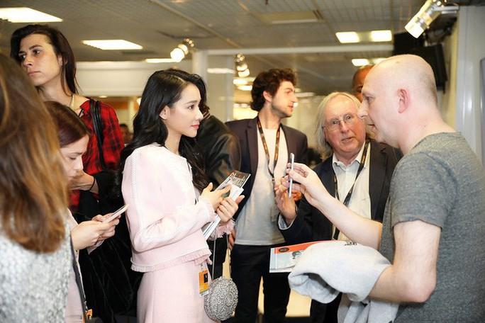 Nhã Phương duyên dáng ở Cannes, được ngợi khen - Ảnh 4.