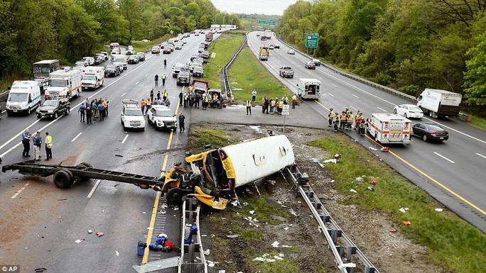 Va chạm xe tải, đầu xe buýt đứt lìa, 2 người chết - Ảnh 1.