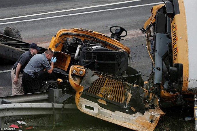Va chạm xe tải, đầu xe buýt đứt lìa, 2 người chết - Ảnh 3.